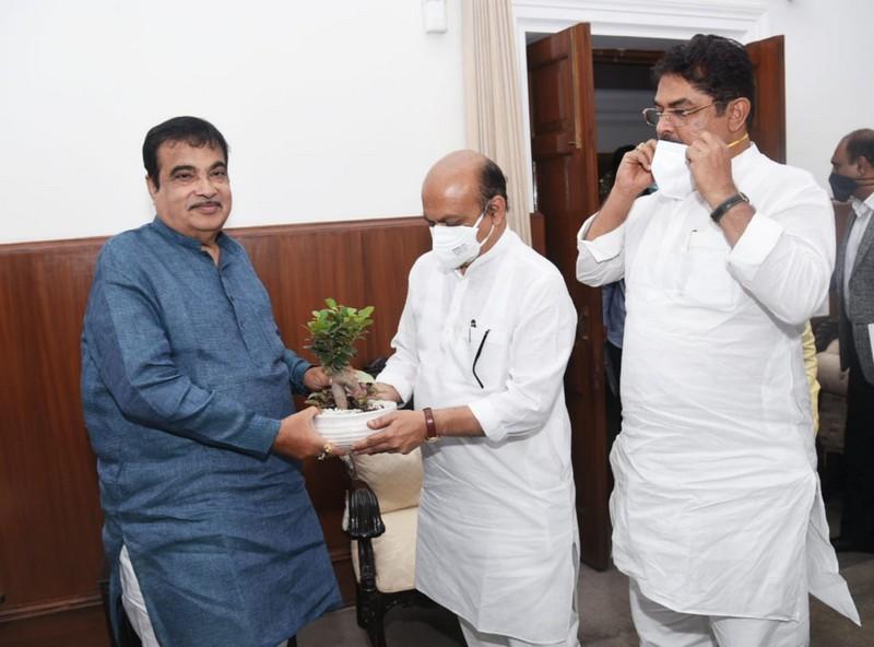 Chief Minister of Karnataka basavaraj bommai called on Union Minister nitin gadkari in New Delhi